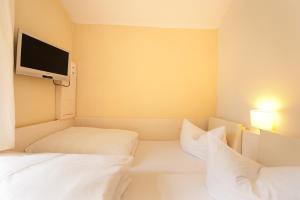 Ein Bett oder Betten in einem Zimmer der Unterkunft Goethezimmer Leibnizallee