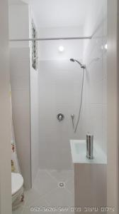 A bathroom at Apartment 5 minutes from the sea
