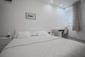 A bed or beds in a room at Apartments Fortezza