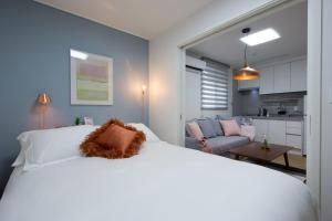 A bed or beds in a room at Hanso Residence Seoul