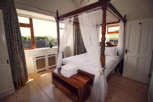 A bed or beds in a room at Salt Cliff Cottage