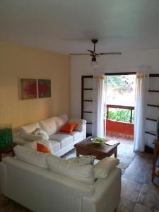 A seating area at Chalé em Ilhabela - Praia de Itaguassu