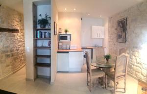 A kitchen or kitchenette at Studio lumineux Paris centre - Chatelet