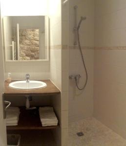 A bathroom at Studio lumineux Paris centre - Chatelet