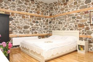 Un pat sau paturi într-o cameră la Traditional Houses Atzanou
