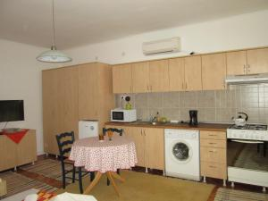 A kitchen or kitchenette at Garden City Apartment
