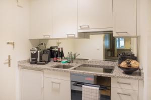 Küche/Küchenzeile in der Unterkunft Stylish Apartment in the Heart of Zug by Airhome