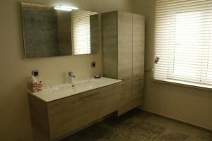 Een badkamer bij De Goudmijn