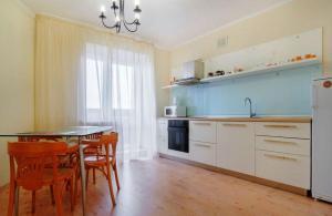 Кухня или мини-кухня в Apartment near Fabri on Lenina