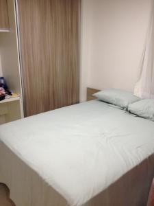 A bed or beds in a room at Apartamento Edifício Bom Vivant