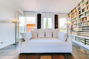 Uma área de estar em Luxury Art Apt with terrace in Trastevere