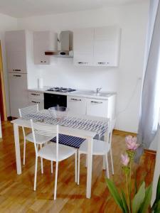 A kitchen or kitchenette at eLLe Apartaments Lodron