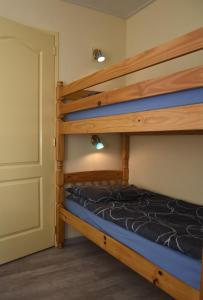A bunk bed or bunk beds in a room at Zandput nr 30