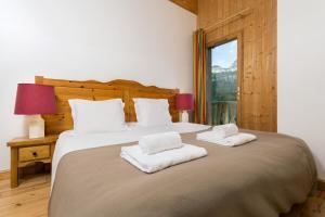 Llit o llits en una habitació de Madame Vacances Les Chalets d'Isola