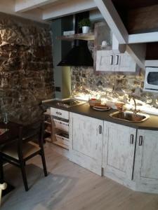 Una cocina o zona de cocina en Complejo Turístico L'oteru