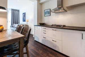 A kitchen or kitchenette at East Quarter Apartments