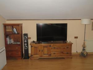 Una televisión o centro de entretenimiento en Elai Etxea Loft Baias