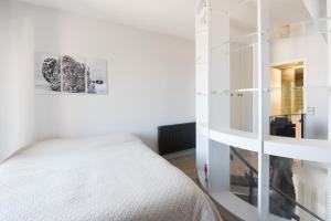A bed or beds in a room at Marceau apartment
