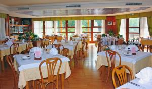 A restaurant or other place to eat at Hotel Residence Campi