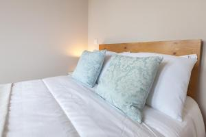 A bed or beds in a room at Sendme2Portugal: Santa Catarina