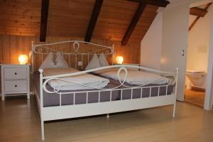Ein Bett oder Betten in einem Zimmer der Unterkunft Rösis B&B