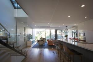 A restaurant or other place to eat at Oceanview House - Dover Heights/Vaucluse