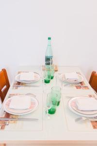 A restaurant or other place to eat at Appartement familial près de Paris
