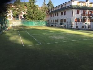 Tennis and/or squash facilities at Appartamento Rivisondoli or nearby