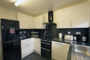 A kitchen or kitchenette at Grannies Hoose Aviemore Self Catering Accommodation