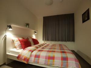 Een bed of bedden in een kamer bij 'APPARTEMENT RANDDUIN' Bed by the Sea