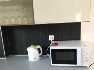 A kitchen or kitchenette at Golf Apartments