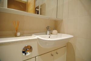 A bathroom at Regents - Bayswater Apartment by Hyde Park