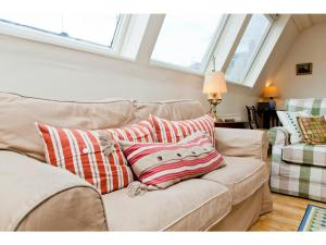 A bed or beds in a room at Beautiful 2BD home in Kensington Mews
