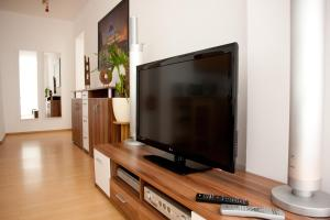 A television and/or entertainment center at Apartments City Room Berlin