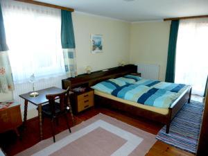 A bed or beds in a room at Ferienwohnung Kaltenleitner