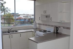 A kitchen or kitchenette at Ebbtide Unit 5 / 2-6 North Street