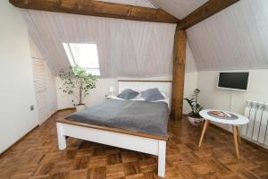A bed or beds in a room at Apartamenty Chopina 46
