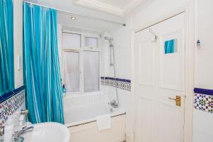 A bathroom at Amazing Central Shoreditch 2-Bed & 2-Bath