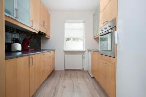 A kitchen or kitchenette at H24
