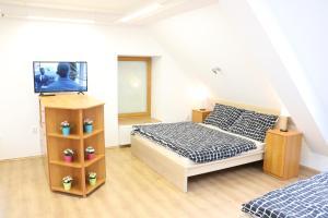 Postel nebo postele na pokoji v ubytování Old Town Square Apartments