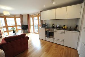 A kitchen or kitchenette at PREMIER SUITES PLUS Bristol Cabot