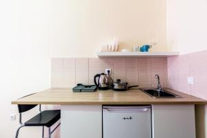 A kitchen or kitchenette at easyApartments