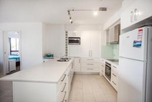 A kitchen or kitchenette at The Rocks Resort, Unit 1E