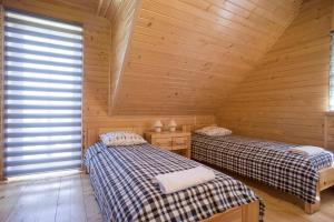 """A bed or beds in a room at Domki Zawoja """"Mosorny Park"""""""