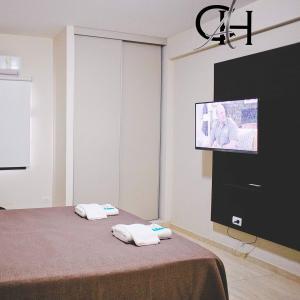 Una televisión o centro de entretenimiento en Apart Catamarca Chacabuco