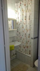 Ein Badezimmer in der Unterkunft West City Apartments
