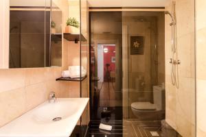 A bathroom at 2 Bedroom and Terrace Apartment near Sagrada Familia