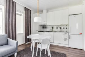 Majoituspaikan Kievarinhovi Apartments keittiö tai keittotila