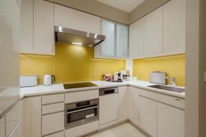 A kitchen or kitchenette at Oakwood Premier Tokyo