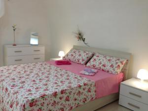 Un pat sau paturi într-o cameră la Il cuore di Napoli